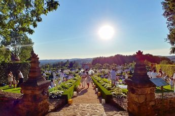 The entrance of the White Garden, a charming place where visitors can enjoy picnic parties every summer in Périgord.