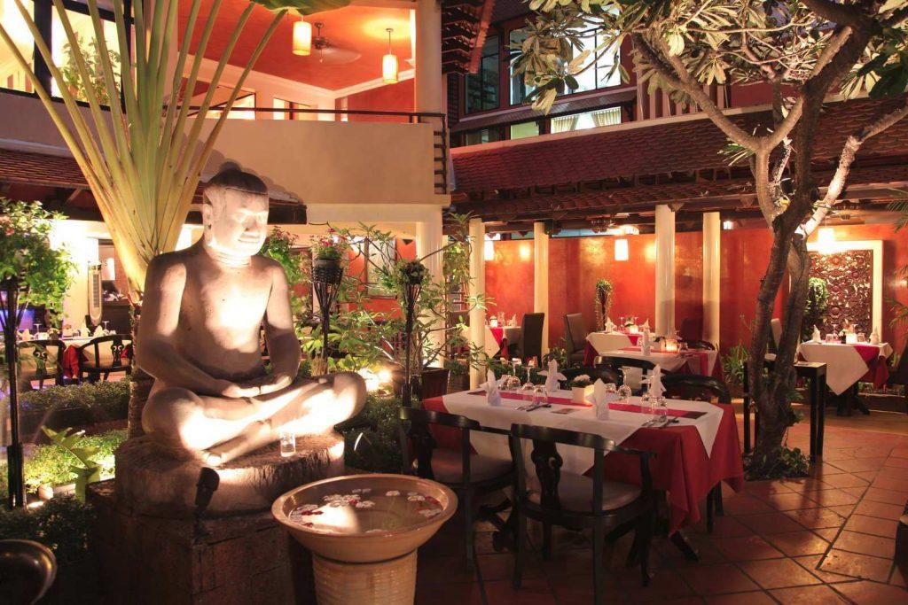 entrance garden of the Malis restaurant